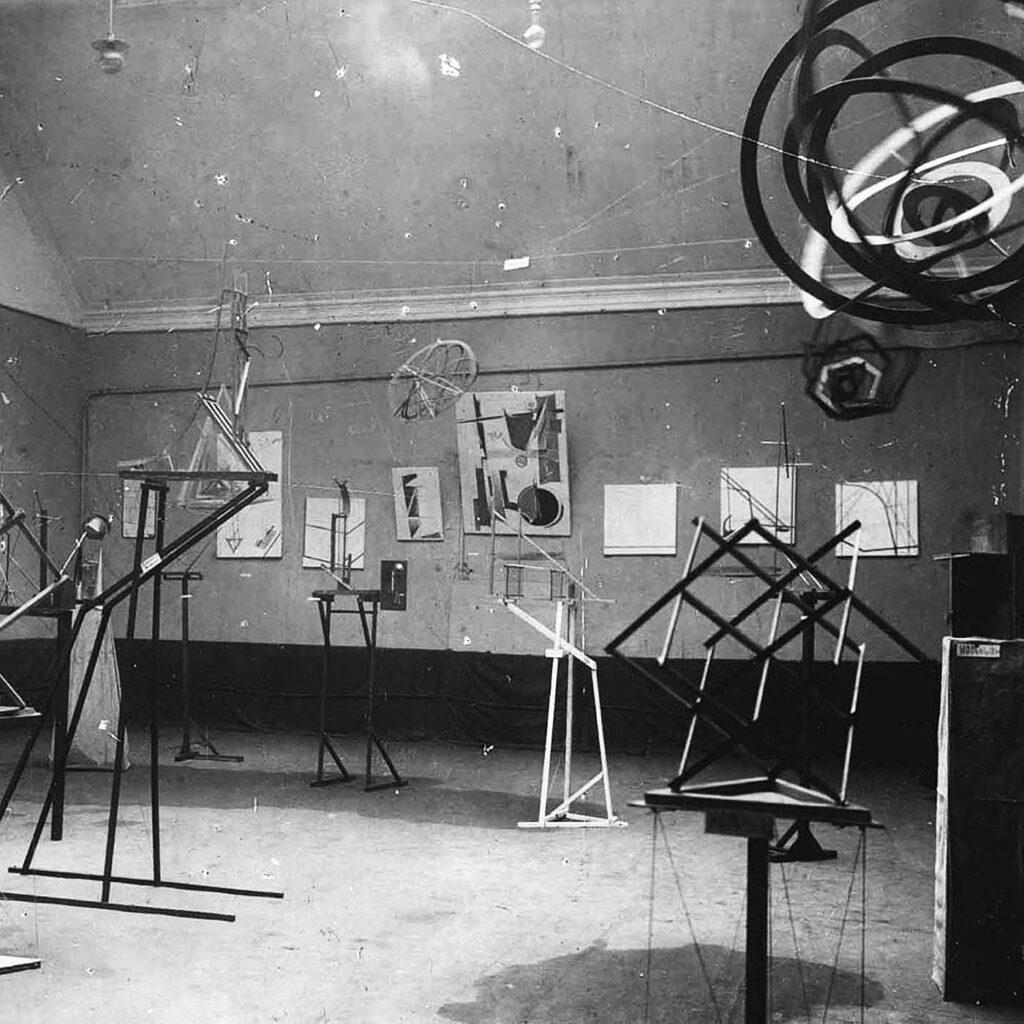Raum der Arbeitsgruppe der Konstruktivisten auf der sog. Zweiten Frühlingsausstellung der OBMOChU, Süd- und Westwand, Moskau, Mai–Juni 1921